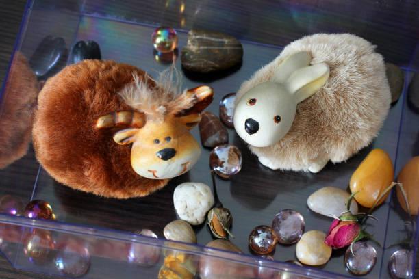 handgefertigte spielzeug. landschaft im haus - katzenhüte häkeln stock-fotos und bilder