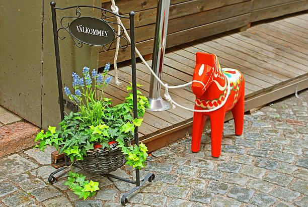 handgemachte traditionelle hölzerne dalecarlian pferd, stockholm, schweden - dalarna pferd stock-fotos und bilder
