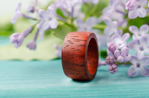 handgefertigter unisex-ring aus padauk rotes holz - redwood hochzeit stock-fotos und bilder