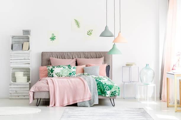 handgefertigte möbel aus holz im schlafzimmer - hellrosa zimmer stock-fotos und bilder