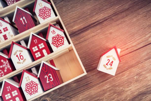 calendrier perpétuel en bois fait à la main sous la forme d'une maison - calendrier de l'avent photos et images de collection