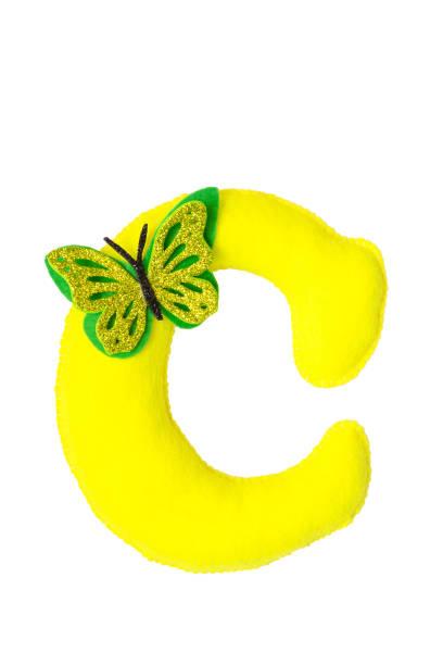 handgemachte gelb buchstabe c aus filz. kinder alphabet c mit kleinem schmetterling. - enge kleider stock-fotos und bilder
