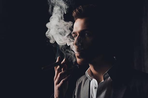 handome man in suit  smoking a cigar - guy with cigar stockfoto's en -beelden