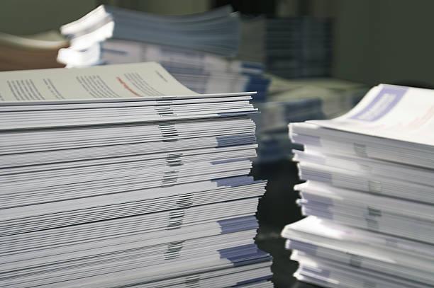 Folleto montones de papel - foto de stock