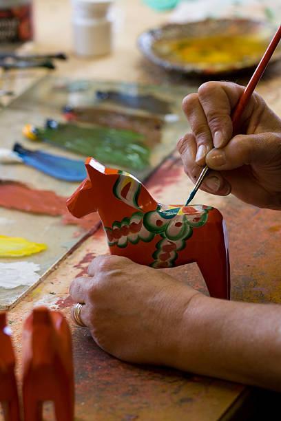 handpainting eines dalarna horse. - dalarna pferd stock-fotos und bilder