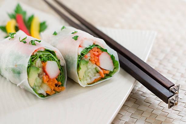 handrolled sushirolle - frühlingsrollen stock-fotos und bilder