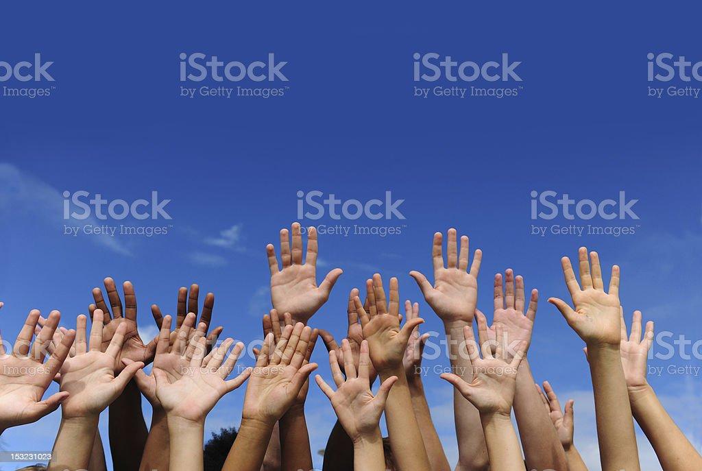 Las manos contra el cielo azul - foto de stock