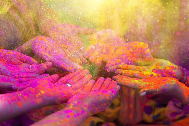 Les mains et les poudres colorées de holi festival - Photo