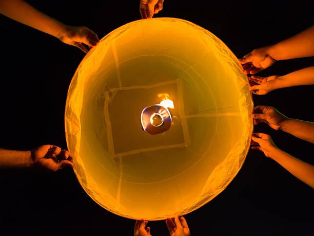 Hände und Feuerwerk für Loi Krathong-Fest in Thailand – Foto