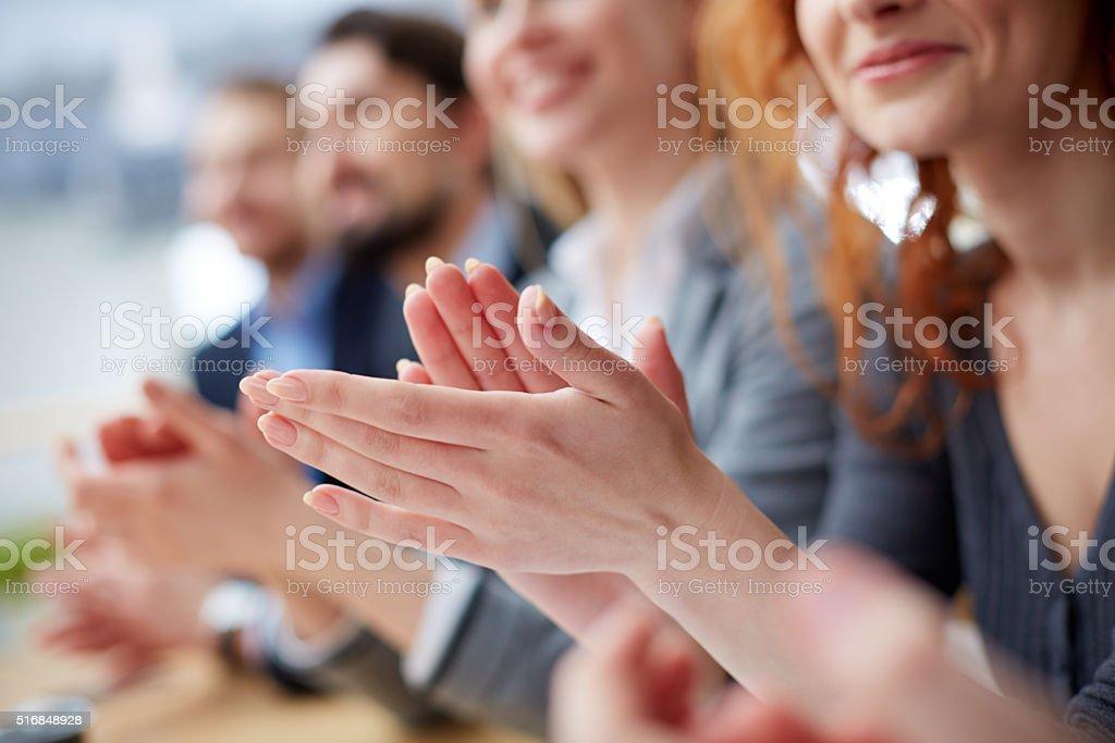 Mãos aplaudindo - foto de acervo