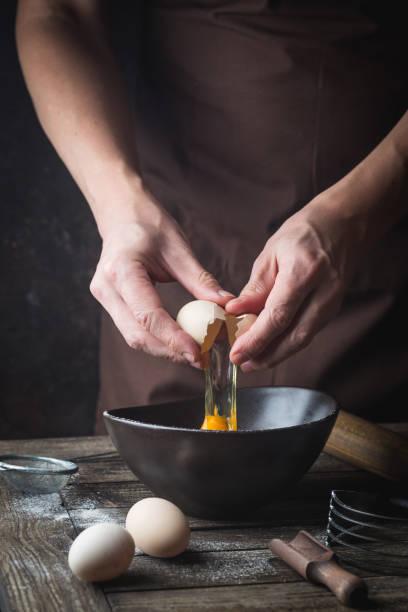 Hände brechen ein Ei – Foto