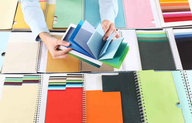 wählen sie eine farbe aus dem sampler hände - maler gesucht stock-fotos und bilder