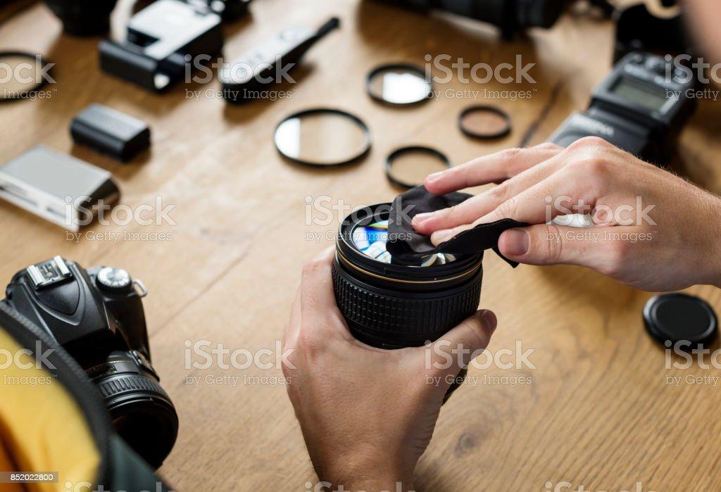 photo libre de droit de mains de nettoyage de lentille pour cam u00e9ra banque d u0026 39 images et plus d