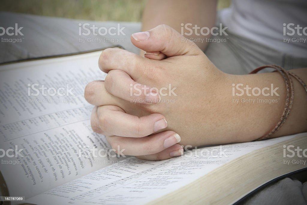 Cerrado en manos de oración sobre Biblia abierta - foto de stock