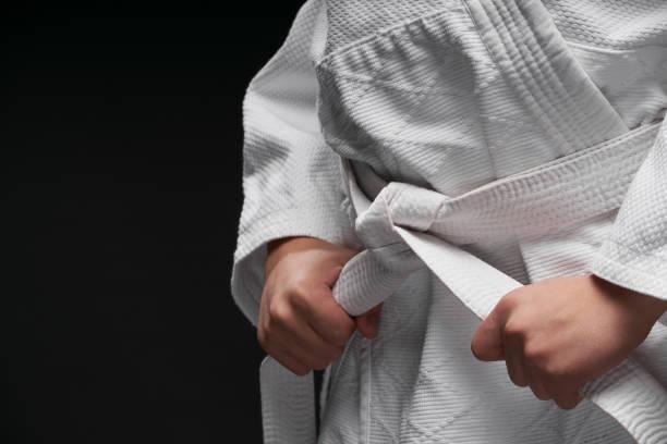 Hände Nahaufnahme - Teenager in Kampfkunst Kleidung posiert auf einem dunkelgrauen Hintergrund, ein Sportkonzept – Foto