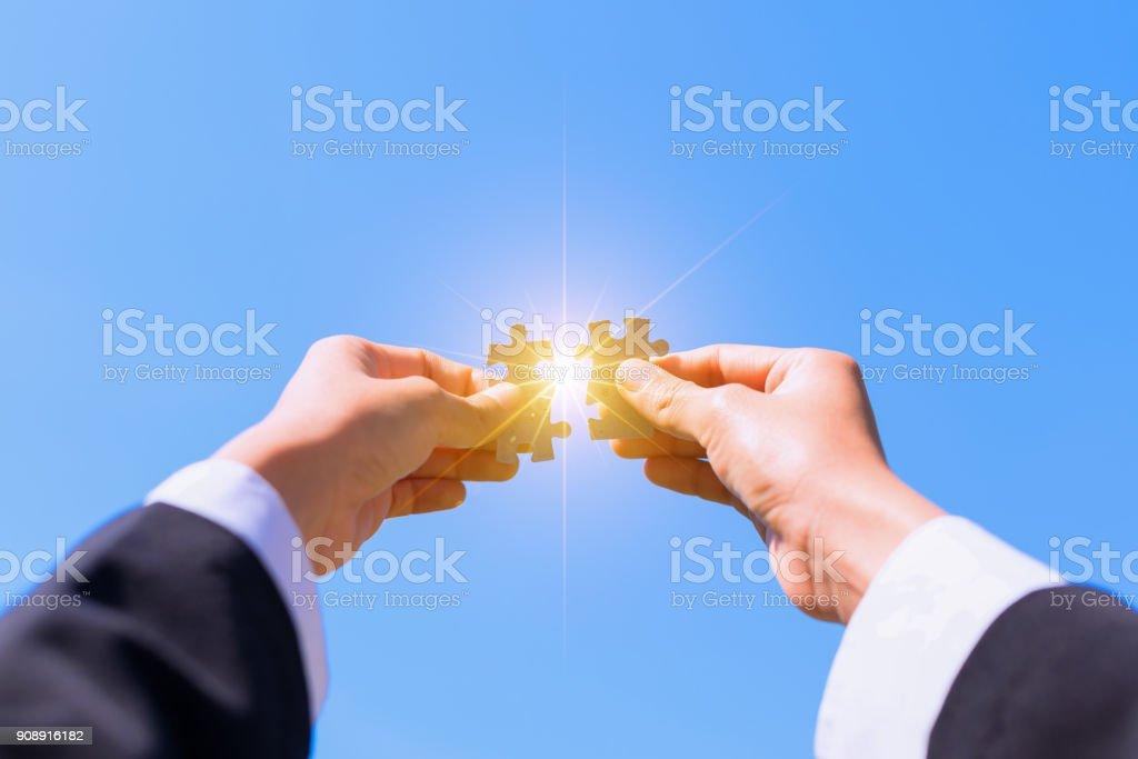 Hände verbinden Puzzle. – Foto