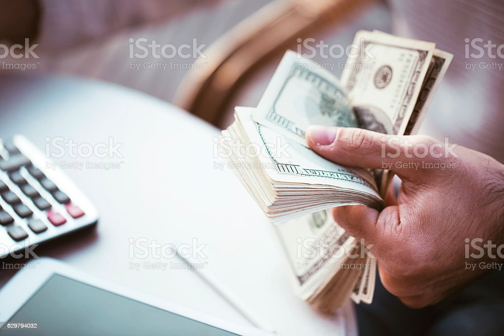 Hands counting us dollars with calculator and digital tablet – Foto