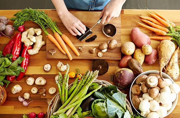 hände schneiden portobello-pilzen - knoblauchkartoffeln stock-fotos und bilder