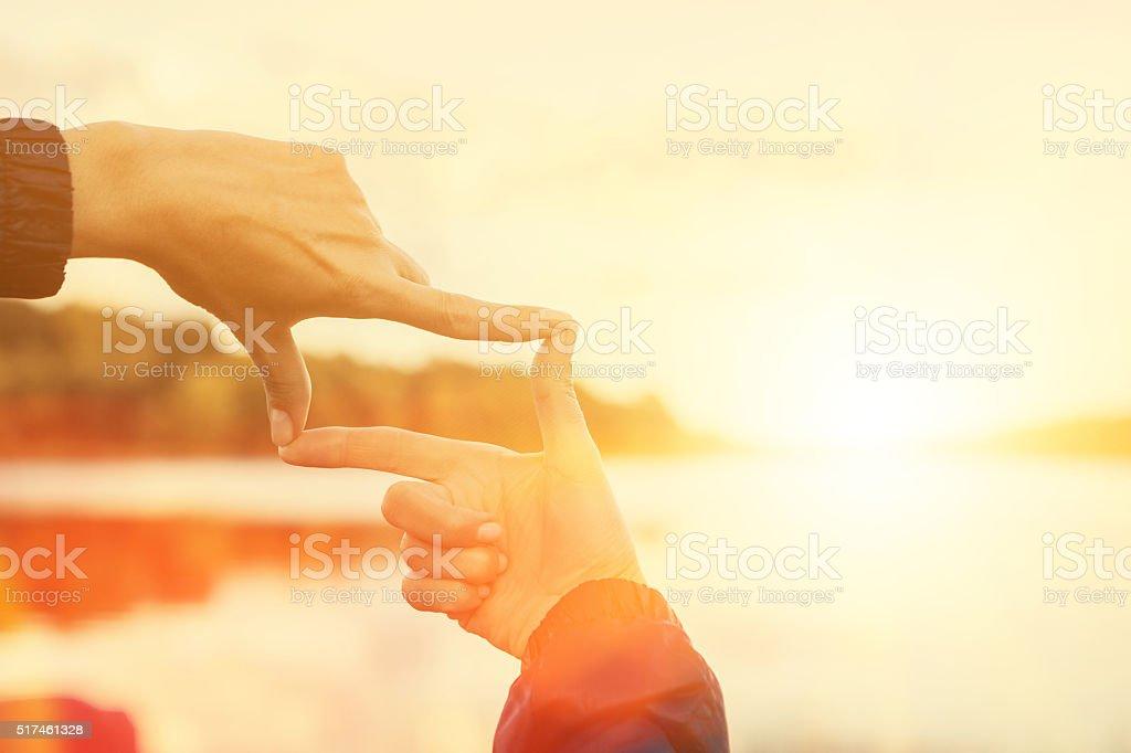 Hände, die Rahmung entfernte sun rays – Foto