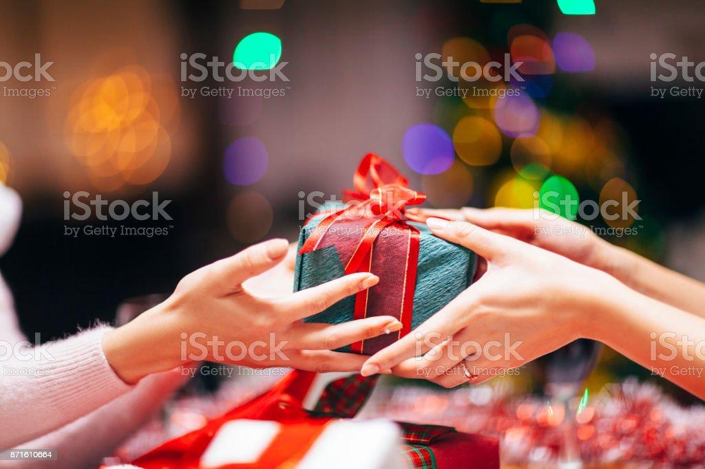Hände geben Geschenk Nahaufnahme - Lizenzfrei Austauschen Stock-Foto