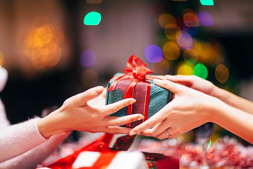 Hände Geben Geschenk Nahaufnahme Stockfoto und mehr Bilder von Austauschen