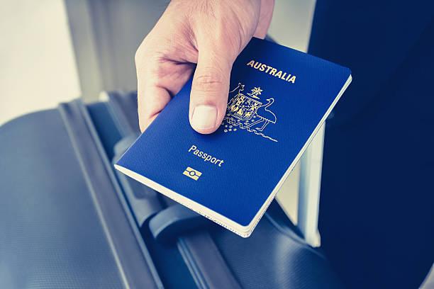 Manos que su pasaporte (de Australia) - foto de stock