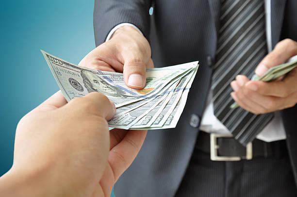 hände empfangen von geld geben &-us-dollar - bekommen stock-fotos und bilder