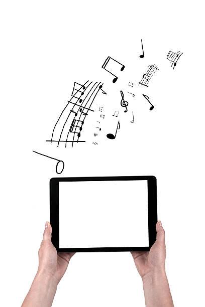 mãos segurando o tablet preto e apoiam agentes - desenhos de notas musicais - fotografias e filmes do acervo