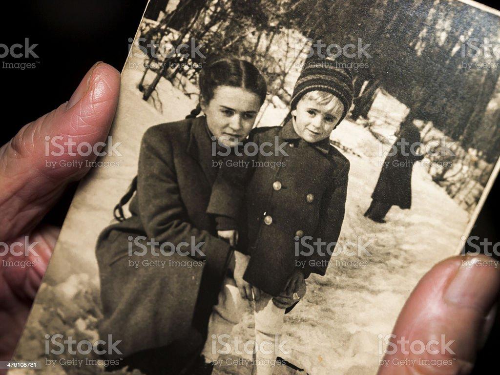 Mani tenendo un bianco e nero foto di famiglia - foto stock