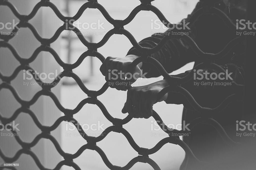 Hande Halten Ein Metallzaun Schwarz Und Weiss Stock Fotografie Und