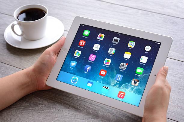 ręce trzyma an apple ipad - ipad zdjęcia i obrazy z banku zdjęć