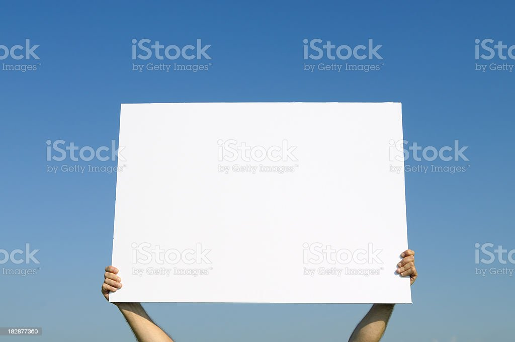Mains tenant Panneau d'affichage blanc contre Bleu Sky.Add votre Message - Photo