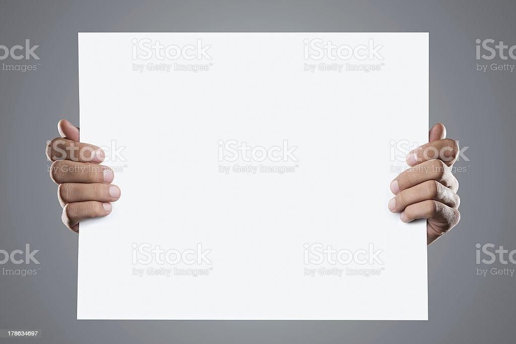 Manos sosteniendo una tarjeta en blanco con espacio de copia - foto de stock
