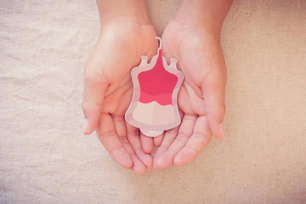 Hände halten Blutbeutel, geben Blutspende, Bluttransfusion, Welt-Blutspendetag, Welt Hämophilie Tag Konzept – Foto