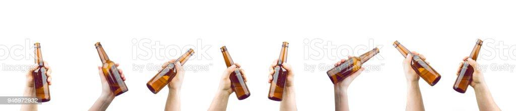 Manos sosteniendo botellas de cerveza - foto de stock