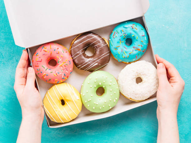 hands holding box with donuts - bombolone foto e immagini stock