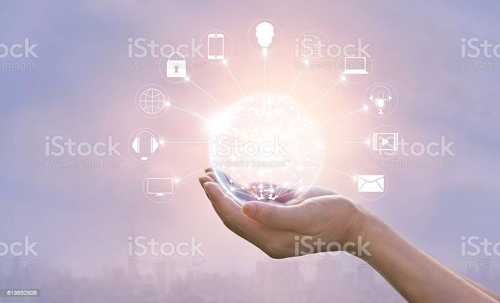 Hände halten Kreis globale Netzwerk Anschluss, Omni-Kanal Lizenzfreies stock-foto