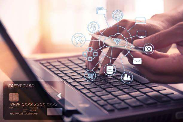 Hände halten Kreditkarte und mit Laptop für Online-shopping. – Foto