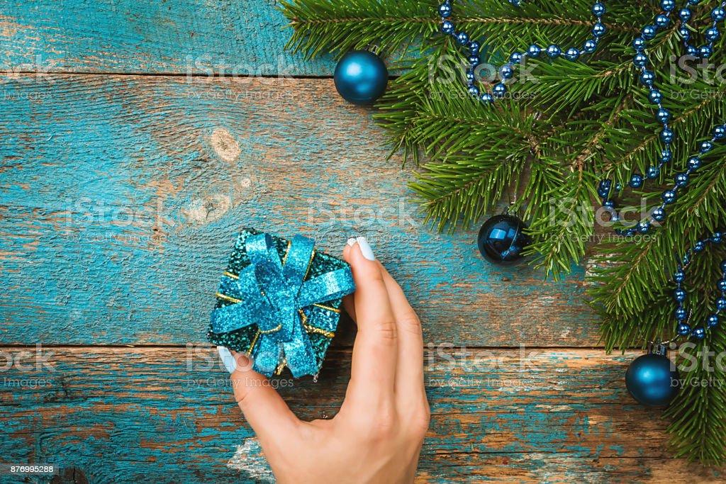 Hände halten Geschenk-box – Foto