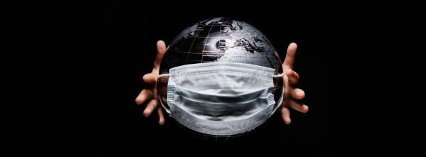 Hände halten Globus isoliert auf schwarzem Hintergrund. COVID 19 oder ökologisches Katastrophenkonzept – Foto