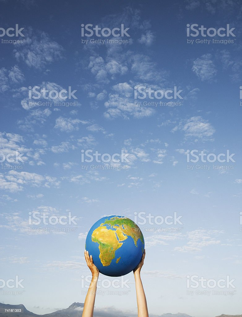 Mãos segurar globo ao ar livre foto de stock royalty-free