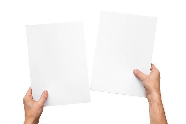 hände halten papier - lesen arbeitsblätter stock-fotos und bilder