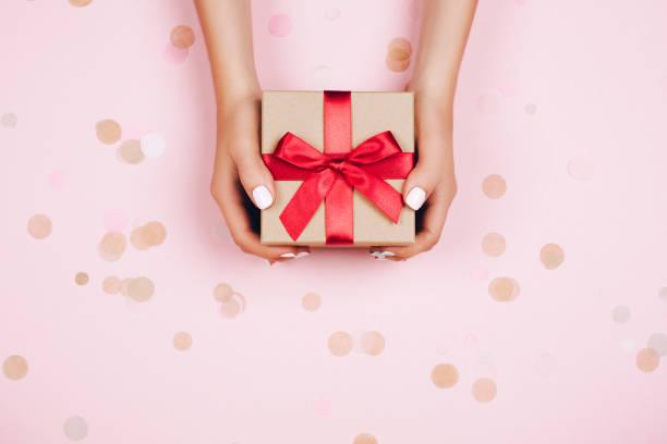 hände holding geschenk-box - kinder verpackung stock-fotos und bilder