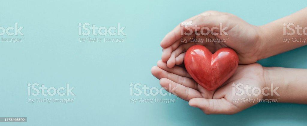 파란 배경, 건강 관리, 사랑, 장기 기증, 가족 보험 및 CSR 개념, 세계 심장의 날, 세계 건강의 날에 빨간 마음을 들고 손 - 로열티 프리 World Blood Donor Day 스톡 사진
