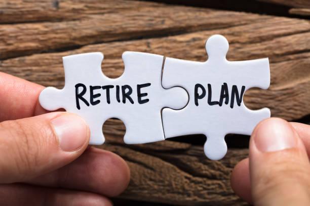 jigsaw parçaları eşleşen planı holding eller emekli - emeklilik stok fotoğraflar ve resimler