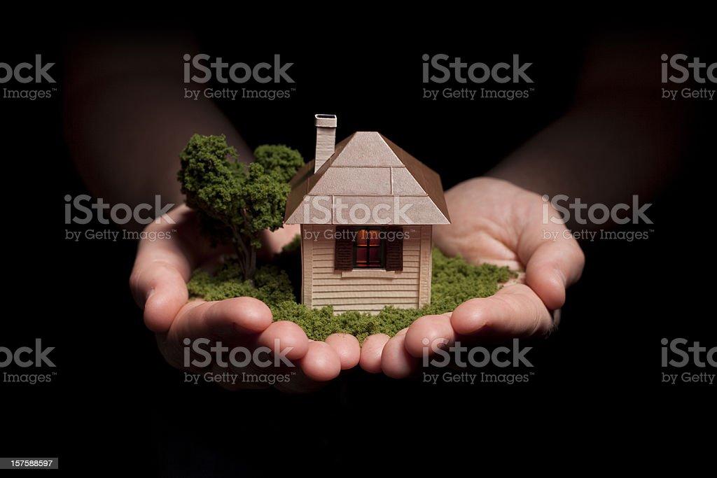 Hände Holding kleines Haus – Foto