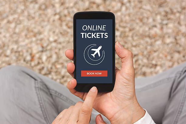 mains tenant smartphone avec billets en ligne concept à écran plat - design plat photos et images de collection