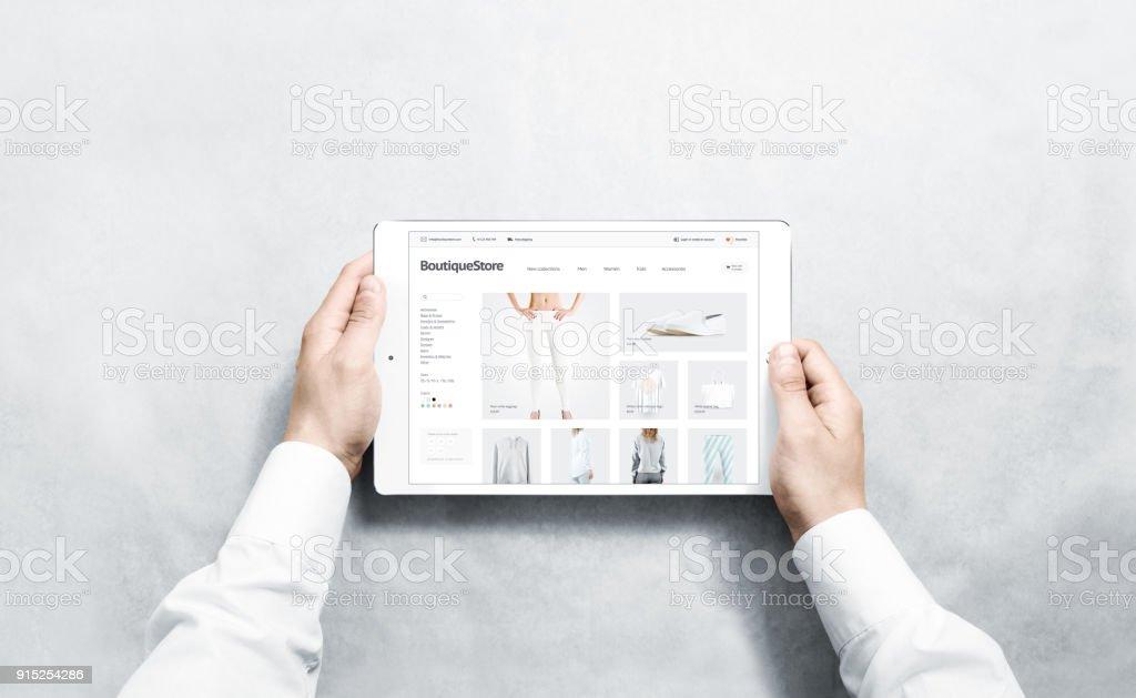 Hände halten Tablet Mode Webstore mock-up auf dem Bildschirm – Foto