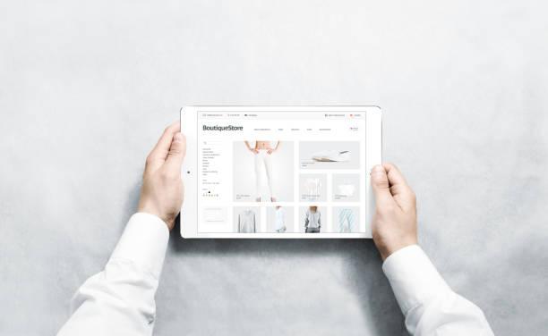 hände halten tablet mode webstore mock-up auf dem bildschirm - damen shirts online stock-fotos und bilder