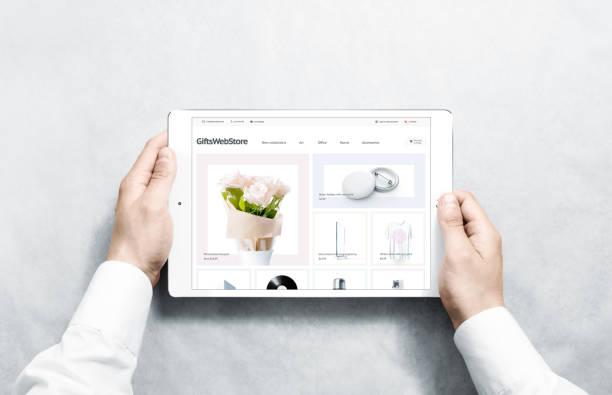 handen met tablet met geschenken webstore mock up op scherm - webshop stockfoto's en -beelden
